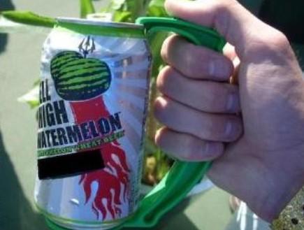 הגאונות היא בפשטות: ידית פלסטיק לפחיות (צילום: amazon)
