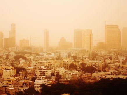 גם הוא יגיע לביקור, אובך בשמי תל אביב (צילום: נועם חן)