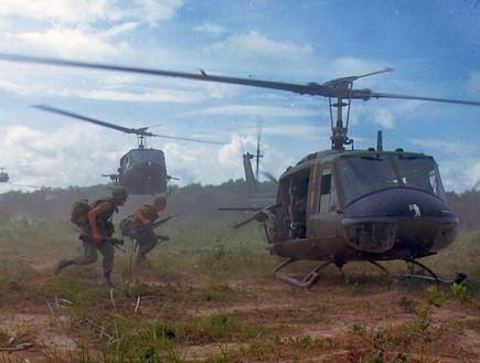 """מסוקי UH-1D """"יואי"""" בוייטנאם, 1966 (צילום: צבא ארצות הברית, ויקיפדיה)"""