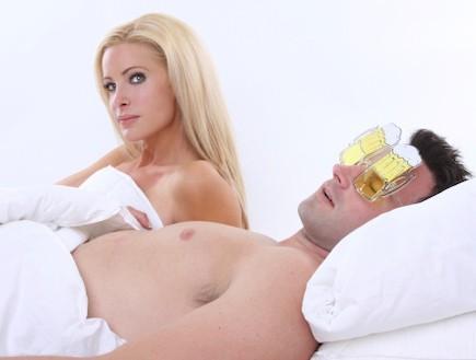 אישה במבט מבולבל במיטה עם גבר (צילום: אימג'בנק / Thinkstock)