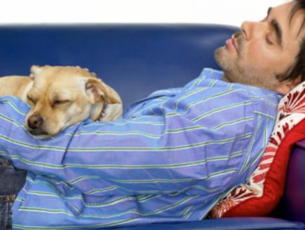 גבר ישן על הספה (צילום: אימג'בנק / Thinkstock)
