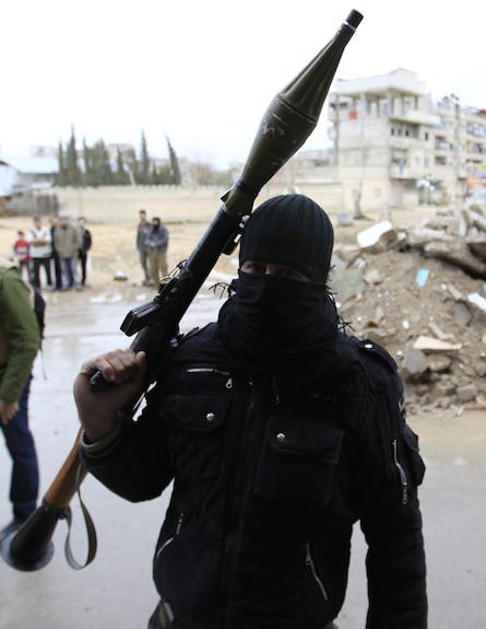 חייל בצבא סוריה החופשית (צילום: REUTERS/Ahmed Jadallah)