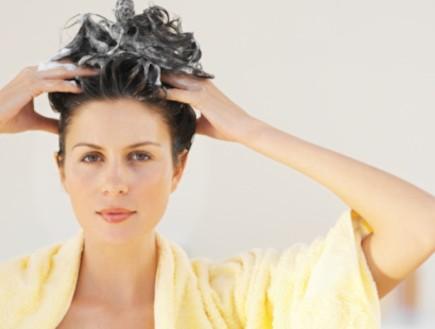 אישה חופפת שיער (צילום: אימג'בנק / Thinkstock)