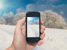 סמארטפון בשלג (אילוסטרציה) (צילום: אימג'בנק / Thinkstock)