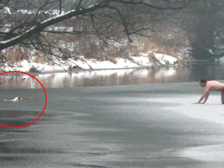 זחל על הנהר הקפוא והציל את כלבו (צילום: sky news)