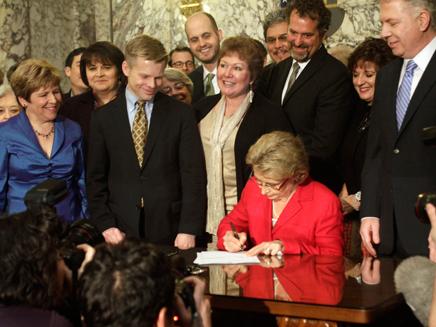 כריסטין גרגואיר חותמת על הצו (צילום: רויטרס)