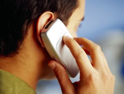 מדבר בטלפון סלולרי (צילום: אימג'בנק / Thinkstock)
