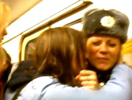 מחאה פמיניסטית: מתקפת נשיקות ברוסיה (וידאו WMV: Youtube.com)