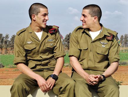תאומים (צילום: יהונתן בן דוד, במחנה)