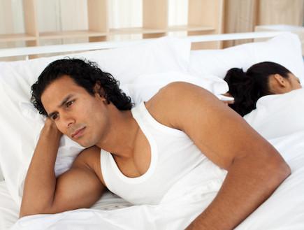 בחור עם אישה במיטה
