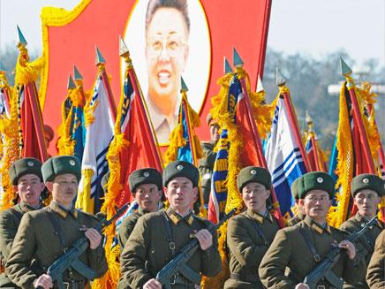 חוגגים לקים ג'ונג איל המנוח יום הולדת בצפון קוריאה (צילום: חדשות 2)