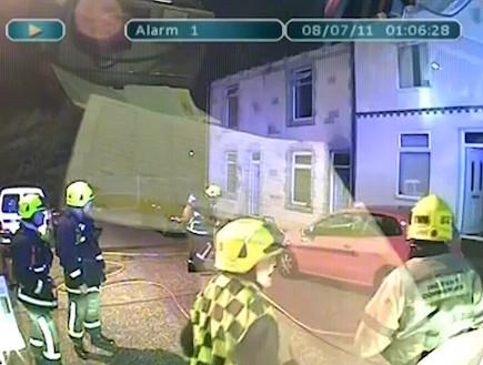 תיעוד: כבאי ניצל בנס מפיצוץ בבניין (וידאו WMV: Youtube.com)