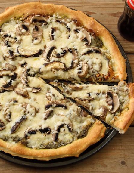 פיצה פסטו פטריות1 (צילום: חן שוקרון, אוכל טוב)