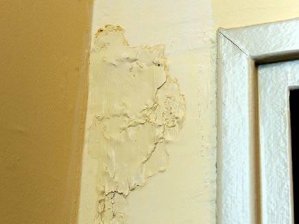 """רטיבות בקיר. סופשבוע סוער בבית רה""""מ (צילום: חדשות 2)"""