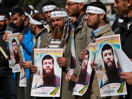 מפגינים למען האסיר עדנאן (צילום: AP)