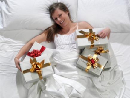 אישה עם מתנות
