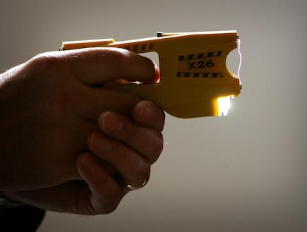 אקדח הטייזר (צילום: Christopher Furlong, GettyImages IL)