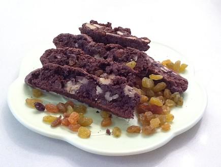 בסקוטי שוקולד ממכר עם אגוזי מלך וצימוקים (צילום:  יחסי ציבור )