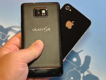 אייפון VS סמסונג גלקסי (צילום: androidheadlines.com)