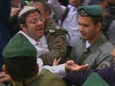 בן גביר מתעמת עם שוטרים (צילום: חדשות 2)