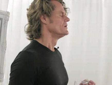 תיבת הנגינה האנושית: האיש עם נגן המוזיקה בבטן (וידאו WMV: Youtube.com)