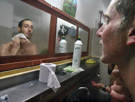 חיילים במקלחות