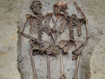 האוהבים שהחזיקו ידיים במשך 1,500 שנה (וידאו WMV: mirror.co.uk)