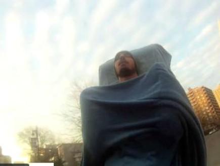 איש שחי על אופניים (וידאו WMV: vimeo.com)