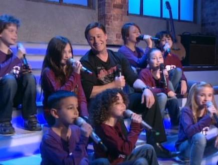 ילדי בית ספר למוסיקה שרים עם אבי טולדנו (תמונת AVI: mako)