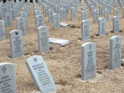 הקברים היהודיים שהושחתו (צילום: חדשות 2)