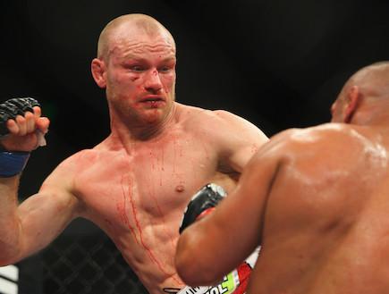 מרטין קמפן נגד ת'יאגו אלבס - UFC (צילום: Mark Kolbe, GettyImages IL)