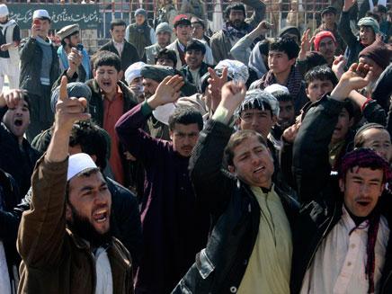 """אפגאנים מפגינים נגד צבא ארה""""ב לאחר ירי חייל (צילום: חדשות 2)"""