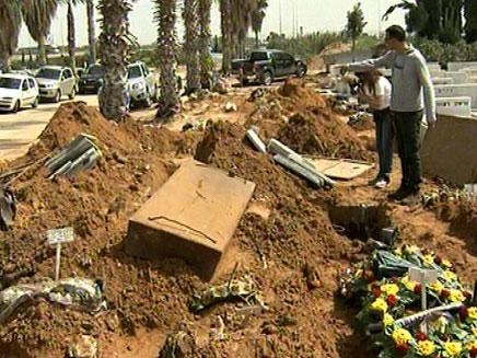 הקבר ההרוס, היום בבית העלמין ירקון (צילום: חדשות 2)