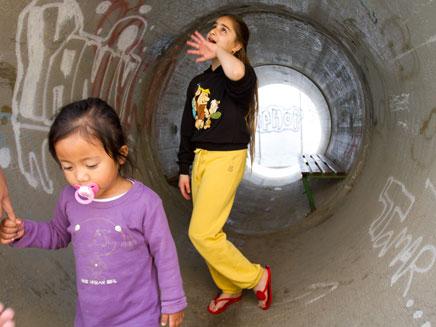 ילדים במיגונית בעוטף עזה, אתמול (צילום: AP)