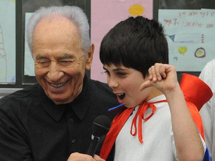 """הנשיא פרס עם ילדי יד מרדכי, הבוקר (צילום: מארק ניימן\לע""""מ)"""