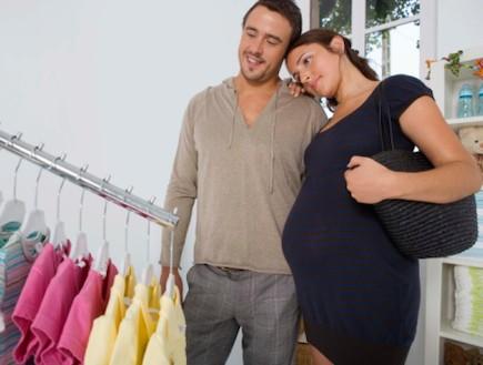 זוג בהריון בחנות למוצרי תינוקות (צילום: אימג'בנק / Thinkstock)