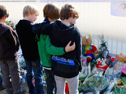 ילדים מתאבלים על חבריהם (צילום: רויטרס)