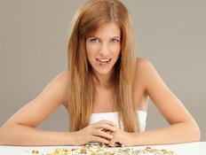 אישה לוקחת ויטמינים (צילום: אימג'בנק / Thinkstock)
