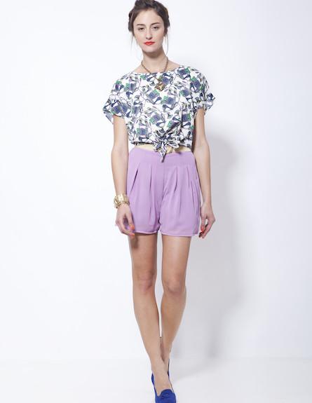 מכנסיים סגולים וחולצה עם הדפסים אבסטרקטיים (צילום: סטודיו רון קדמי)