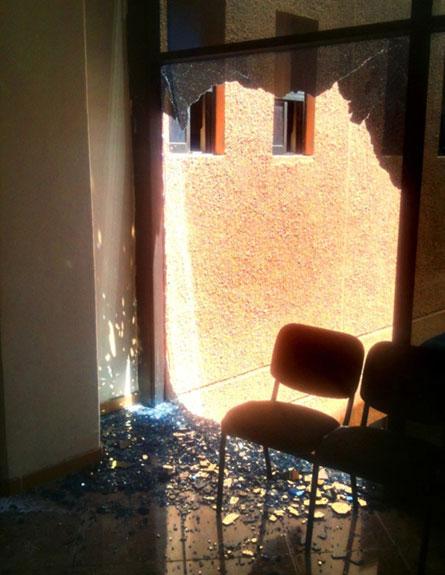 גם ביתו של המושל נפגע ברעש (צילום: AP)