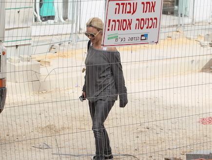 יעל בר זוהר באתר בניה (צילום: ראובן שניידר )