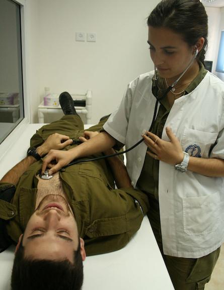 """רופאה בודקת חייל (צילום: דובר צה""""ל)"""