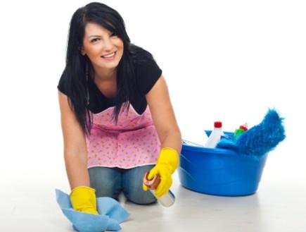 אישה מנקה רצפה (צילום: אימג'בנק / Thinkstock)