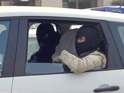 """עבד אל-קאדר מראח מובל למעצר, בסופ""""ש (צילום: AP)"""