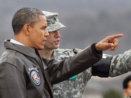"""ברק אובמה נשיא ארה""""ב מבקר בגבול קוריאה (צילום: AP)"""