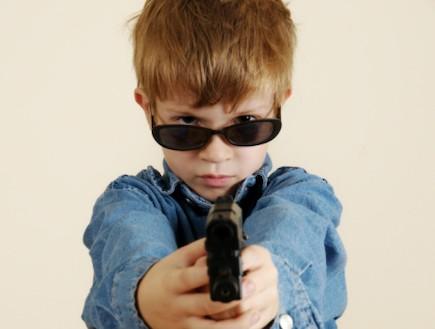 ילד משחק באקדח צעצוע (צילום: אימג'בנק / Thinkstock)