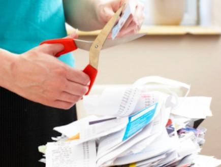 אישה גוזרת ניירת (צילום: אימג'בנק / Thinkstock)