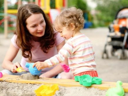 ילדה משחקת בארגז חול עם אמא שלו (צילום: אימג'בנק / Thinkstock)