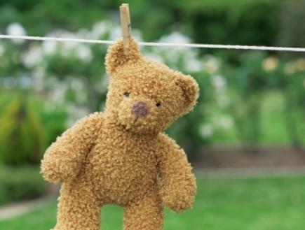 דובי צעצוע תלוי על חבל כביסה (צילום: אימג'בנק / Thinkstock)