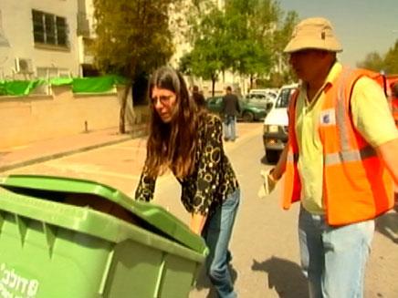 אילן לוקץ יוצא לעבוד עם פועלי זבל (צילום: חדשות 2)
